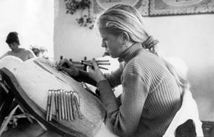 Ученица за плетением кружева