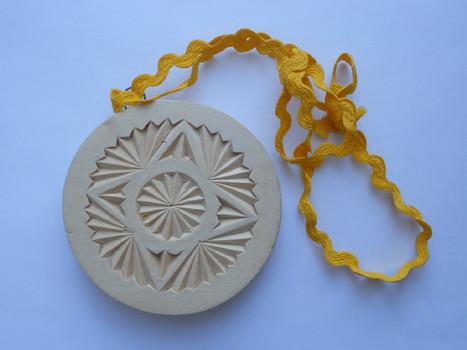 Деревянная медалька. Тыльная сторона.