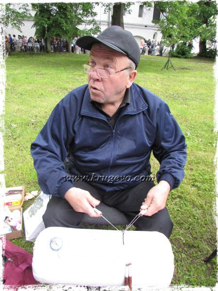 Мужчина плетёт кружево
